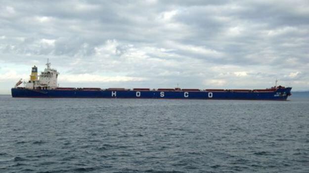Ladja s premogom sredi morja, pred vstopom v Luko Koper.