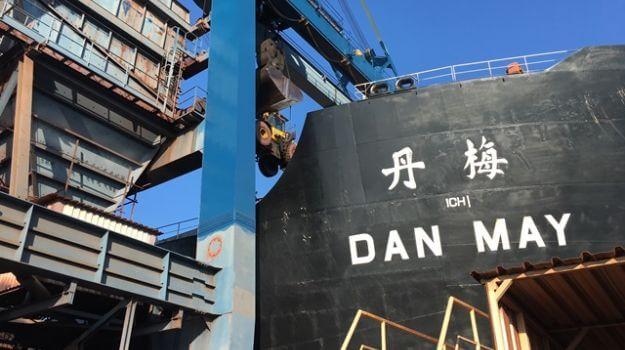 """Bližnji posnetek imena ladje s premogom: """"Dan May""""."""