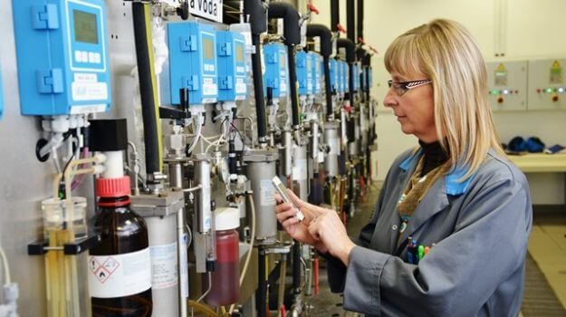 Zaposlena v Laboratoriju za kemijsko kontrolo vod izvaja analizo vod.
