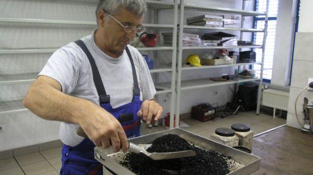 Zaposleni v Laboratoriju določa grobo vlago v premogu.