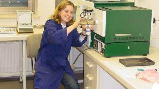 Zaposlena v Laboratoriju za goriva določa vsebnost žvepla v trdnih biogorivih na S-matu.