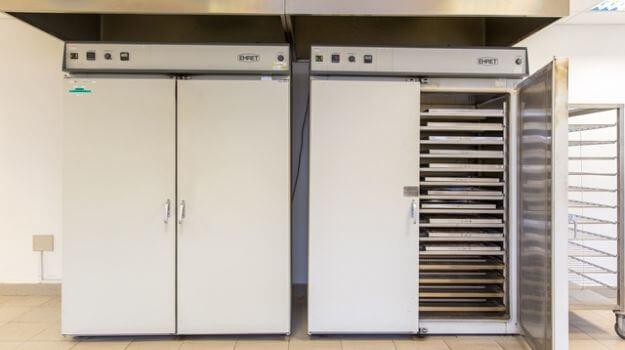 Sušilnik za sušenje lesnih sekancev v Laboratoriju za goriva.
