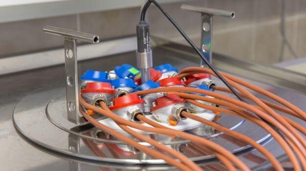 Uporovna temperaturna tipala, pripravljena za kontrolo točnosti pri 20 °C, 80 °C in 150 °C.