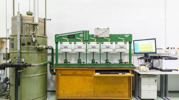 Stara linija z etalonskim merilnim zvonom za kontrolo mehovnih plinomerov.