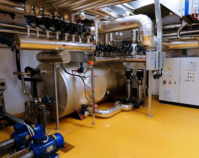 Zbiralnik parnega kondenzata iz Novartisove proizvodnje trdnih in sterilnih izdelkov v Ljubljani. Kondenzat se s pomočjo črpalk vrača v toplovodno omrežje Energetike Ljubljana preko merilnega mesta za nadzor pretoka in prevodnosti.